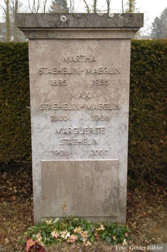 Das Grab von Max Staehelin-Maeglin, seiner Frau sowie seiner Tocher auf dem Friedhof Hörnli bei Basel.
