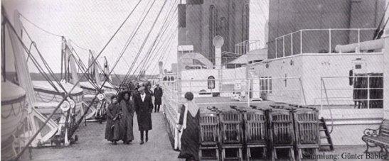 In Queenstown macht die Titanic am 11. April 1912 ihren letzten Zwischenstopp, dann beginnt die Überfahrt. Hier entstehen die letzten Fotos des Schiffes. Auf dem Promenadendeck der Zweiten Klasse spazieren Elsie und Ada Julia Doling mit Edwin Frederic Wheeler. Erst mit der Entdeckung des Wracks am 1. September 1985 wird es wieder Fotos der Titanic geben.