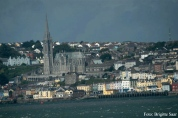 Eigentlich hätten wir bei Dunkelheit Cobh (früher Queenstown) passieren sollen, aber dank der 7 Stunden Verspätung sahen wir...