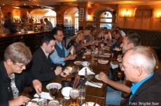 Mmh, Burger! Ein Titanic-Burger für jeden! Grosser Hunger bei allen Irlandreisenden im Titanic-Restaurant.