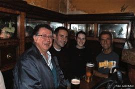 Das obligate Gute-Nacht-Bier von Fredy Aufranc, Günter Bäbler, Brigitte Saar und Werner Steckling im Robinson's.