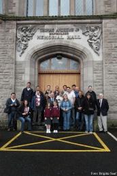 Gruppenbild vor der Andrews Memorial Hall, mit dabei auch Una Reilly, Bill Austin, der Rektor und zwei Schülerinnen.