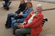 Mandy Le Boutillier, Stefanie Spieker und Bill Austin warten auf die Hafenrundfahrt.