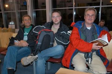 Auch die Fähre nach Liverpool hat Verspätung - alle müssen vier Stunden warten, auch Werner Steckling, Oliver Schwarz und Rolf-Werner Baak.