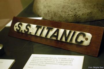 ...die Namenstafel eines Rettungsbootes der Titanic.