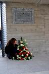 TVS-Mitglied Cécile Hess drapiert das Blumengebinde in Gedenken an Narcisco Bazzi.