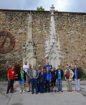 Gruppenbild vor Sandsteinspitzen des Doms - links das vom (sauren) Regen zerfressene Original, rechts eine Rekonstruktion.