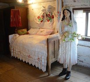 So wurde hier teilweise auch noch zu Zeiten der Titanic gelebt: Es gab ein Bett pro Familie und vier bis fünf Familien pro Haus!