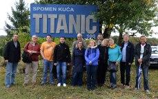 """Vor dem Vereinsheim von """"Titanic 100"""" in Bratina"""