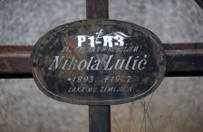 Die Numerierung des Grabes wurde mitten auf die Inschrift mit dem Namen geklebt, wir haben diesen (vermutlich vorschriftswidrig) wieder einigermaßen freigelegt.