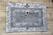 Die Gedenktafel hängt nun sicher und geschützt an der Wand auf dem Friedhof